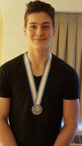 Philippe Myers avait retrouvé le sourire, vendredi, en posant avec sa médaille d'argent obtenue au Championnat mondial de hockey junior la veille. - Gracieuseté