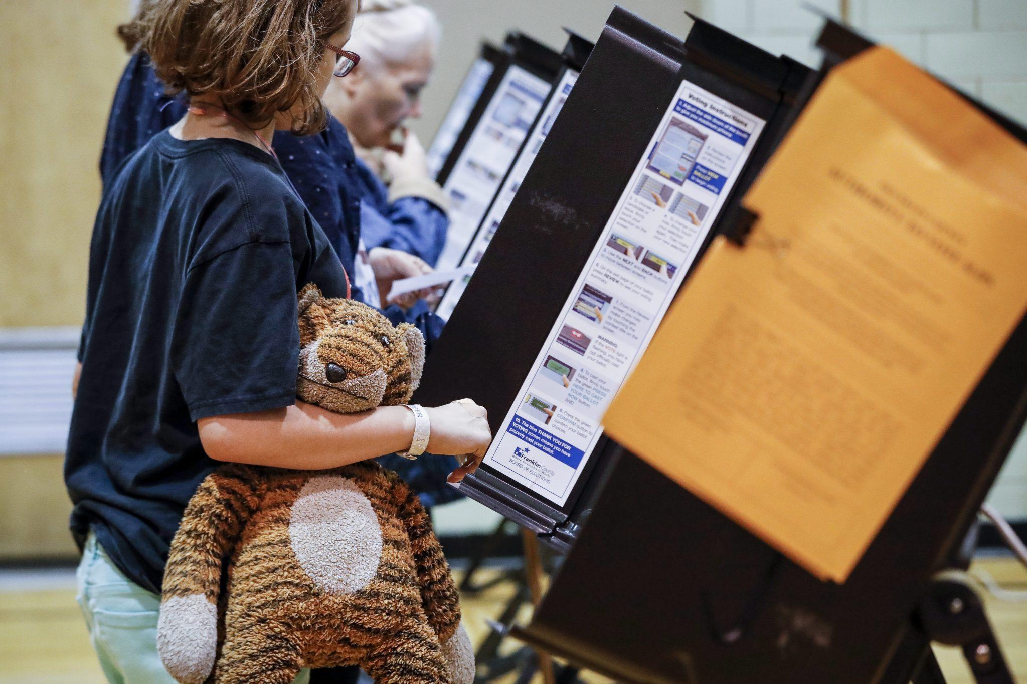 France l ambiance des bureaux de vote en photos